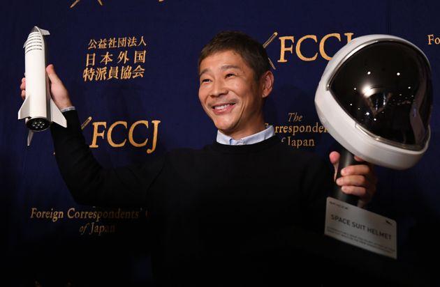 2018年10月、都内で記者会見し、月周回旅行について語る前澤さん