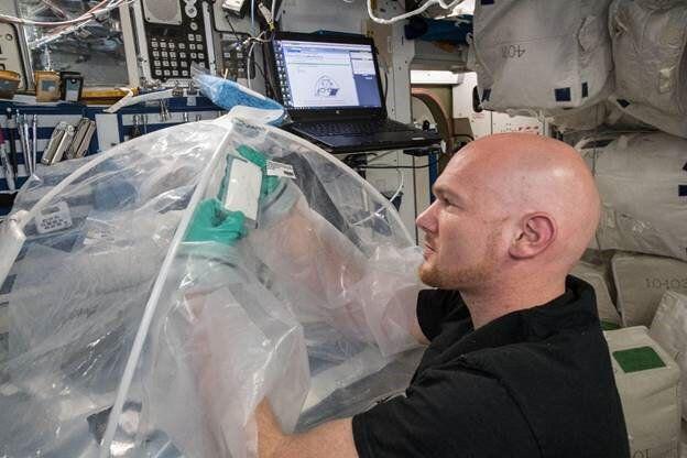 유럽우주국(ESA) 소속 우주비행사 알렉산더 거스트가 우주정거장에서 시멘트혼합 실험을 하고