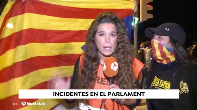 La periodista Diana Mata, informando de los incidentes en el