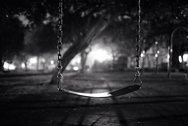 18enne trovata impiccata con le mani legate in un parco giochi di