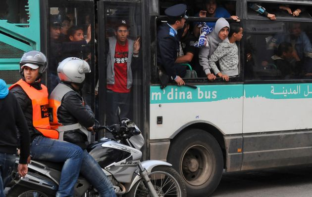 Des supporters de football dans un bus de Casablanca, en avril