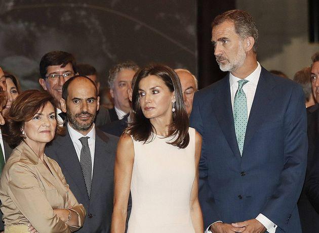 Los reyes, acompañados por la vicepresidenta del Gobierno en funciones, CarmenCalvo, este...