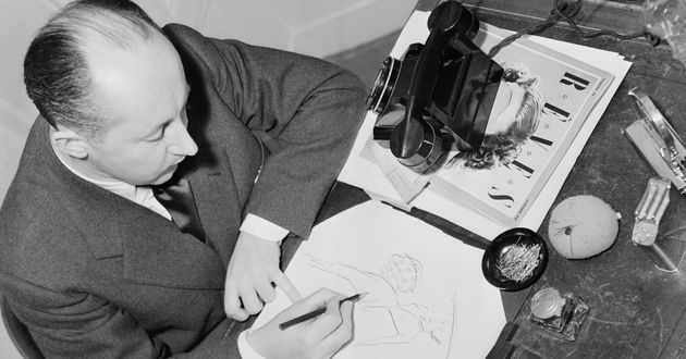 Christian Dior à son bureau, en