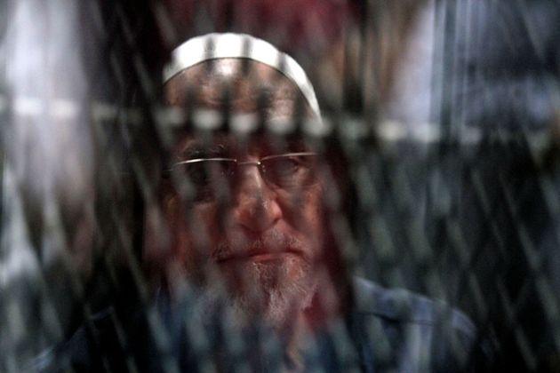 Le guide des Frères Musulmans, Mohamed Badie, aperçu derrière les barreaux au Caire,...
