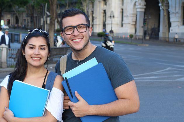 Imagen de dos estudiantes en la