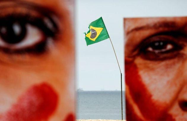No Brasil, a taxa de assassinato de mulheres negras cresceu quase 30%, enquanto a de mulheres não...