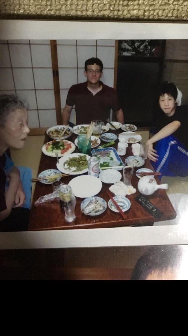 2005年に、日本の友人宅を訪れた際に撮影した写真。真ん中がクレイマーさん