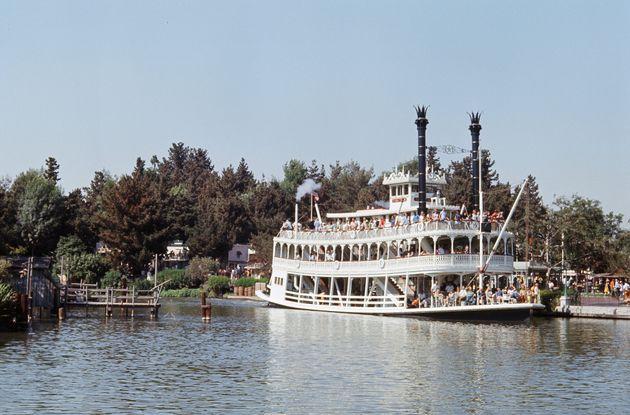 カリフォルニア州アナハイムのディズニーランドのアトラクション「蒸気船マークトウェイン号」