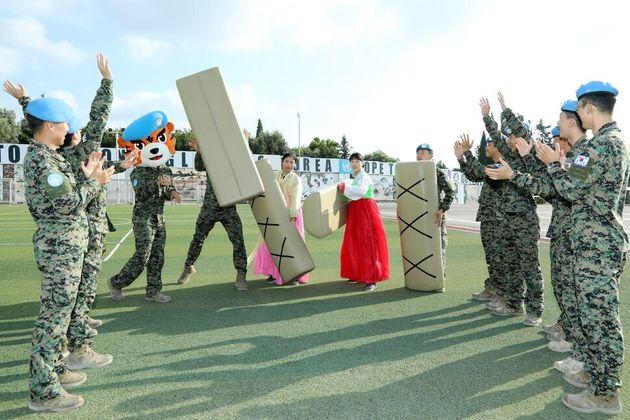 레바논에서 유엔 평화유지활동을 하고 있는 동명부대 장병들이 윷놀이를 하며 한가위를 즐기고 있다. 합참