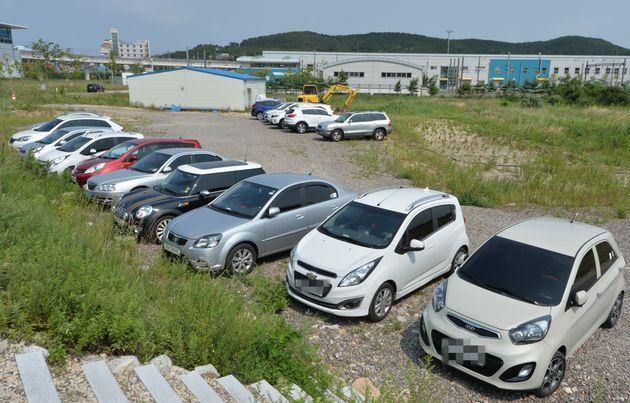 인천공항 인근 공터에 사설주차대행업체들이 주차해 놓은 해외 여행객들의 차량이 길게 줄지어 주차돼