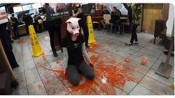 Ενοχη η vegan ακτιβίστρια που διαμαρτυρήθηκε με ψεύτικο αίμα στα