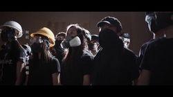 L'orchestra suona con le maschere antigas l'inno dei manifestanti di Hong Kong