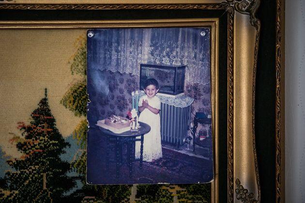 幼少期にイランで暮らしていたころのナディさんの写真が、自宅に飾られていた。