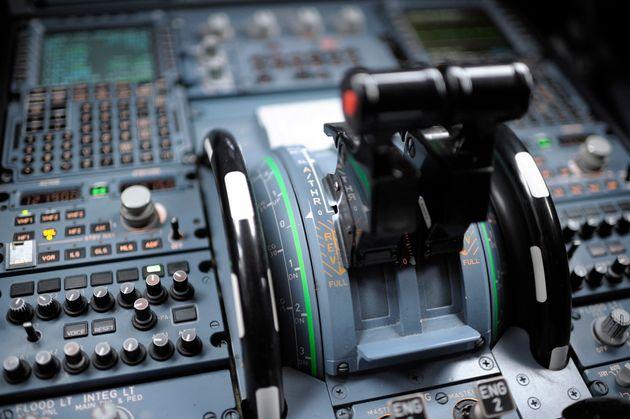 Πιλότος έχυσε καφέ στο πιλοτήριο και αναγκάστηκε να κάνει αναγκαστική