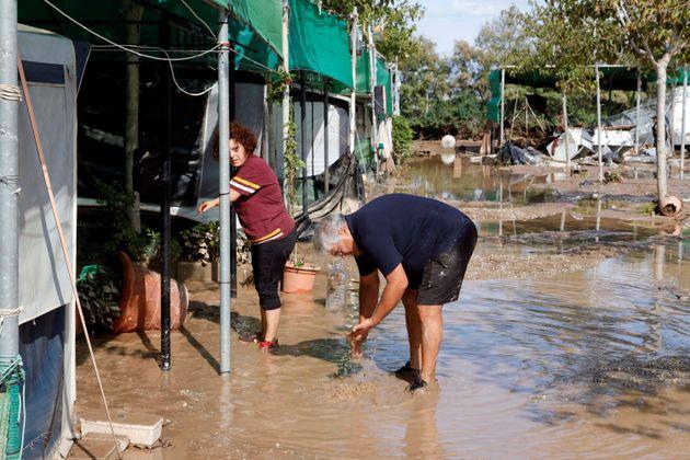 Varias personas intentan coger sus cosas tras inundarse el Camping de Cabo de Gata Níjar de