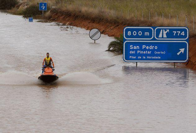 Una carretera anegada por las recientes lluvias en el Levante