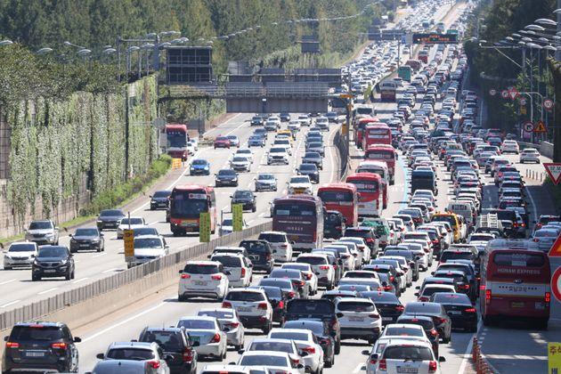 추석인 13일 서울 서초구 경부고속도로 잠원IC 부근 상하행선이 정체를 빚으며 차량들이 서행하고