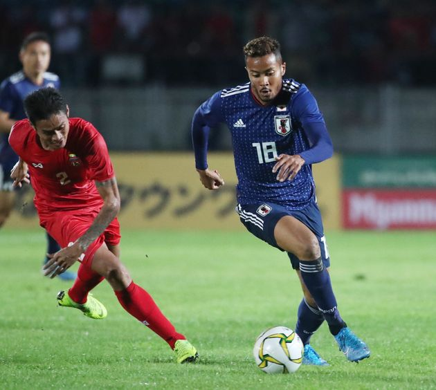 アジア2次予選・ミャンマー-日本。後半、ドリブルする日本代表の鈴木武蔵(右、札幌)=10日、ミャンマー・ヤンゴン