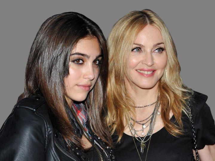 Η Λούρδη με την μητέρα της, Μαντόνα.