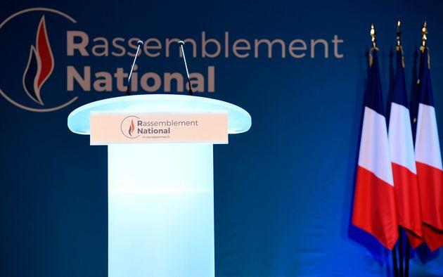 Un podium Rassemblement national lors d'un meeting parisien pour les européennes