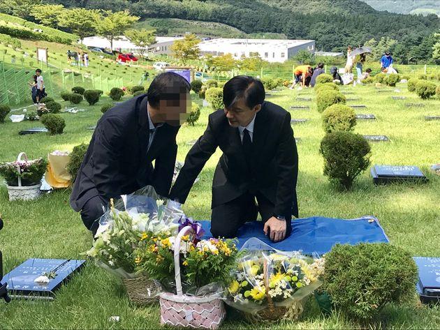14일 조국 법무부장관이 부산추모공원에 안치된 故 김홍영 전 검사 묘소를 찾아 김 전 검사의 아버님과 함께 이야기를 나누고