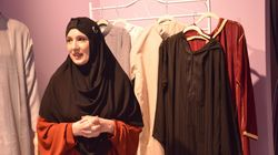 Addio a stoffe pesanti, ruvide e nere. Nella prima boutique di abbigliamento islamico in Italia (di E.
