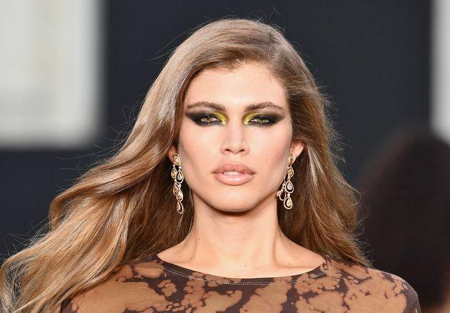 Valentina Sampaio durante desfile da L'Oreal, na Semana de Moda de Paris, em