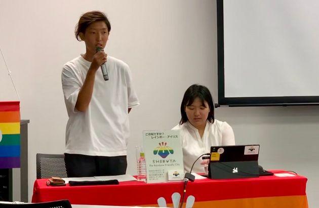 登壇する下山田志帆さん(左)