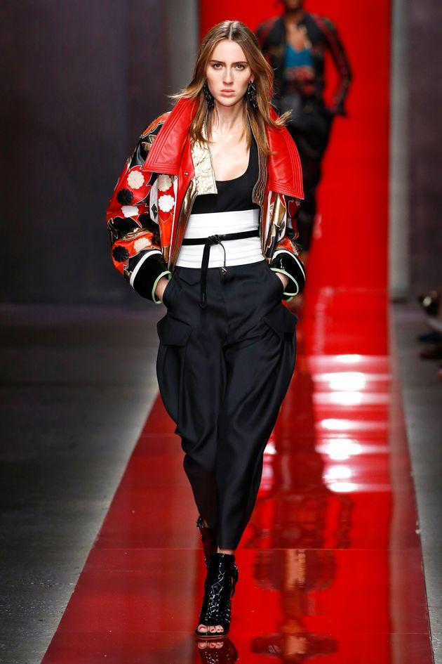 Teddy Quinlivanfoi o nome escolhido para integrar o time de modelos da Chanel. Na foto acima, ela...