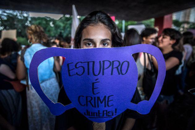 Jovem protesta na Avenida Paulista, em São Paulo, em novembro de