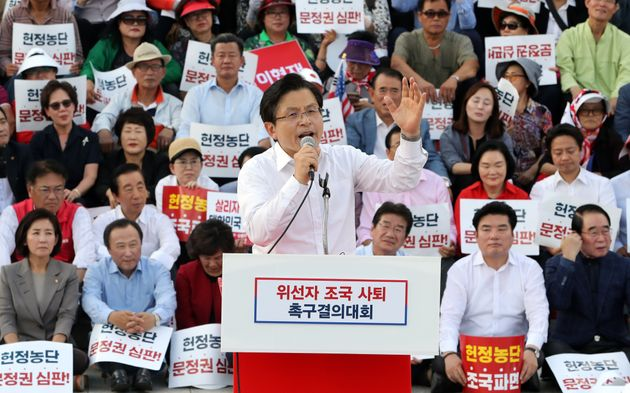 황교안 자유한국당 대표와 나경원 원내대표를 비롯한 자유한국당 의원들과 당원들이 15일 서울 여의도 국회 본청계단에서 추석 민심 국민보고대회를 하고