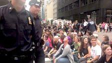 何十人もの抗氷のデモ参加者逮捕された中に座り込みニューヨークMicrosoft店
