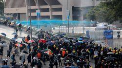 A Hong Kong la polizia usa i lacrimogeni e cannoni ad acqua contro i