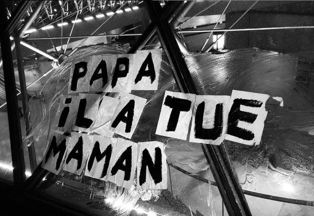 Un collage militant pour dénoncer les féminicides et rendre hommage aux victimes, sur la...