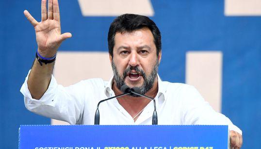 Ο Σαλβίνι απειλεί με δημοψηφίσματα για να εμποδίσει τις μεταρρυθμίσεις της