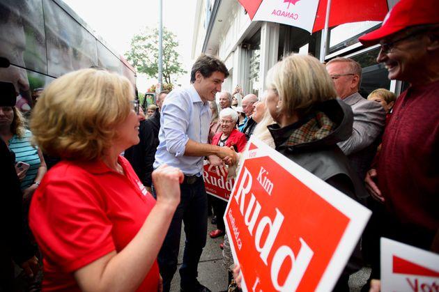 Le chef du Parti libéral, Justin Trudeau, est accompagné de la candidate libéral...