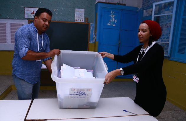 Des volontaires procèdent au décompte des voix dans un bureau de vote de Sousse, ce 15