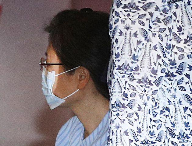 수감 중인 박근혜 전 대통령이 16일 오전 어깨 수술을 받기 위해 서울 서초구 서울성모병원으로 이송되고