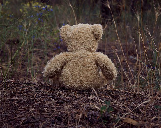 Madre uccide il figlio di pochi mesi lanciandolo da una scarpata: la tragedia sulla statale