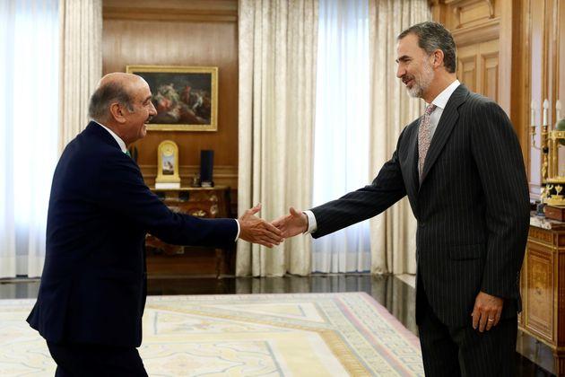 El rey Felipe VI saluda al diputado del PRC, José María Mazón, con el que inicia una ronda de consultas...