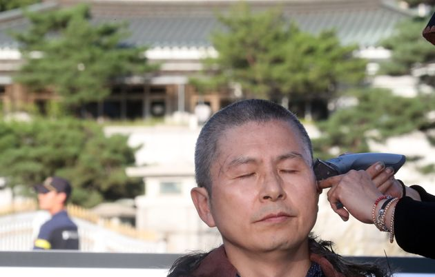 황교안 자유한국당 대표가 16일 서울 청와대 분수대 앞에서 조국 법무부 장관 임명에 반발하며 삭발을 하고