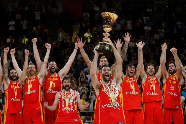 Rudy Fernández (c) y sus compañeros, con el trofeo que les acredita vencedores del Mundial de Baloncesto...