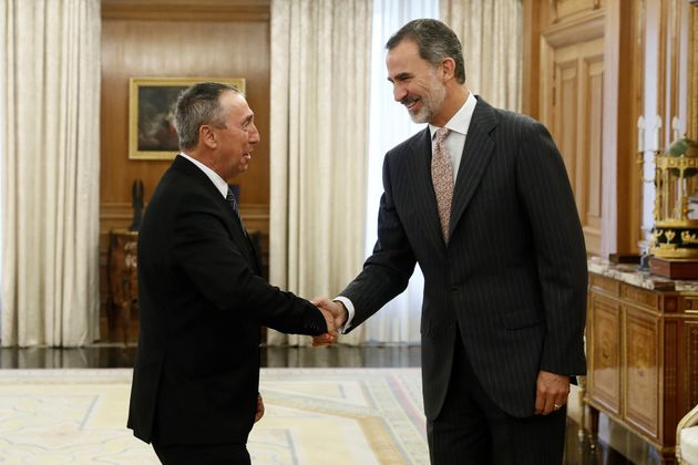 El rey Felipe VI saluda al diputado de Compromís, Joan Baldoví, dentro de la ronda de consultas con los...