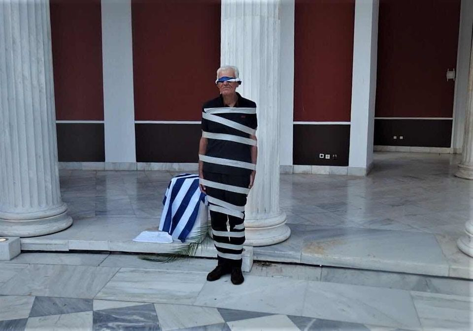 Ο Άγγελος Σκούρτης, γνωστότατος καλλιτέχνης αλλά και δάσκαλος της τέχνης, στο περιστύλιο του Ζαππείου...