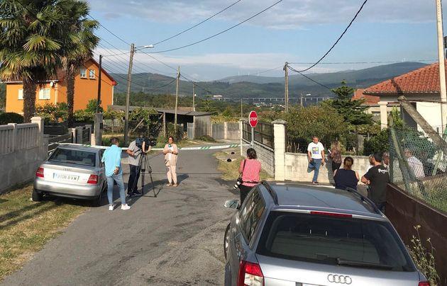 Vista de la zona precintada por el triple crimen cometido en la mañana de este lunes en la parroquia...