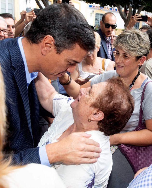 El presidente del Gobierno en funciones, Pedro Sánchez (c), es saludado por una vecina de Níjar
