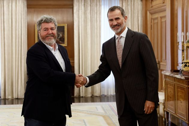 El rey Felipe VI saluda al diputado de Equo Juan López de