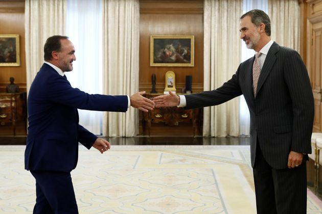 El rey Felipe VI saluda al líder de la coalición Navarra Suma, Javier