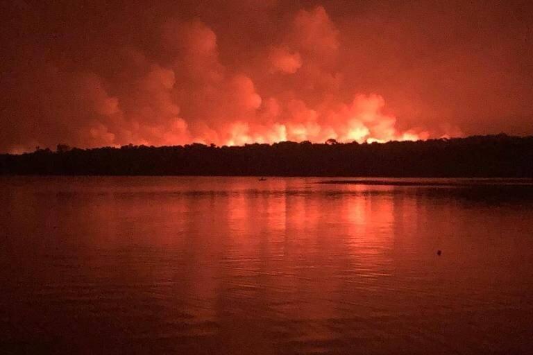 EUGÊNIO SCANNAVINO. Imagens da floresta em chama, à beira do rio Tapajós, foram reproduzidas nas redes sociais.