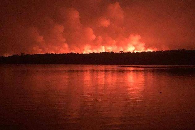 Imagens da floresta em chama, à beira do rio Tapajós, foram reproduzidas nas redes